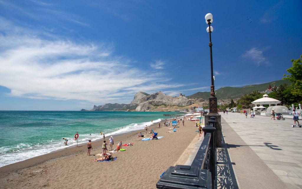 Пляж и набережная Судака